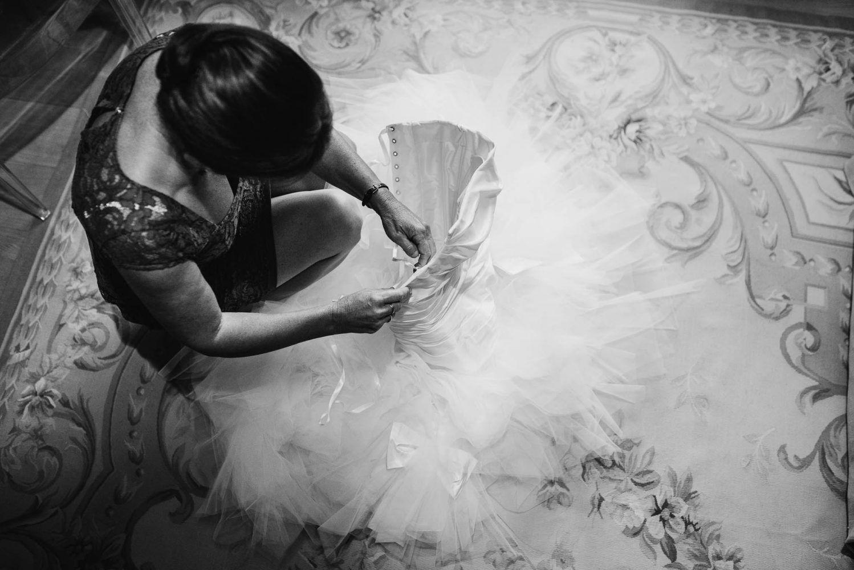 moeder bruid met jurk journalistieke bruidsfotografie