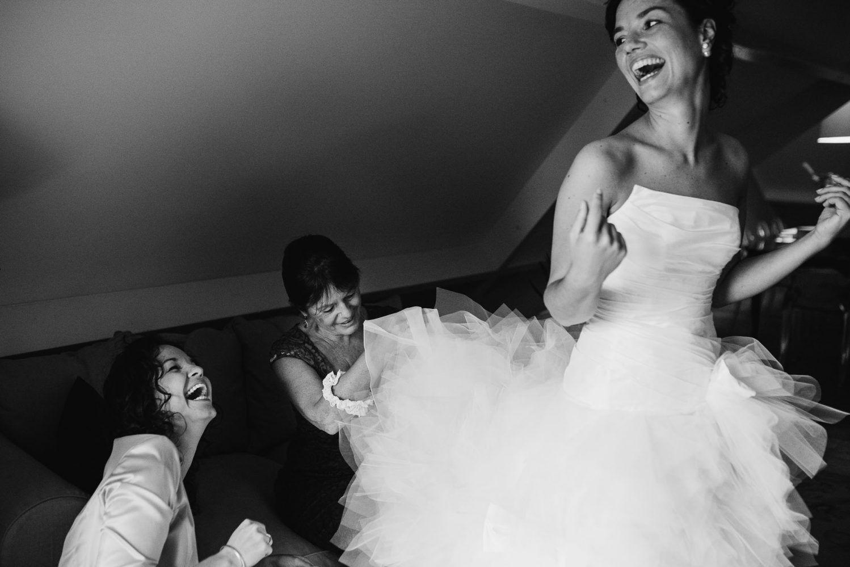 aankleden bruidsjurk journalistieke bruidsfotografie