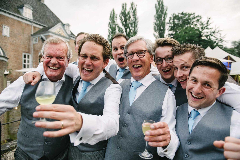 spontane bruidsfoto's bruidegom met vrienden
