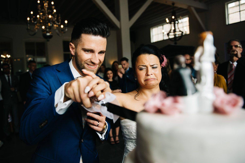 journalistieke bruidsfotografie bruidstaart aansnijden