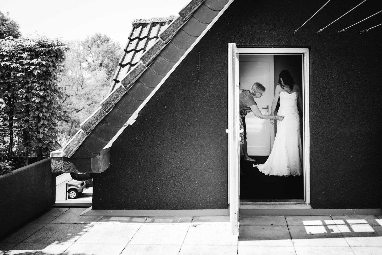 aankleden bruid spontane bruidsfotografie