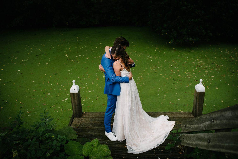 bijzondere bruidsfotografie fotoshoot bruidspaar buiten