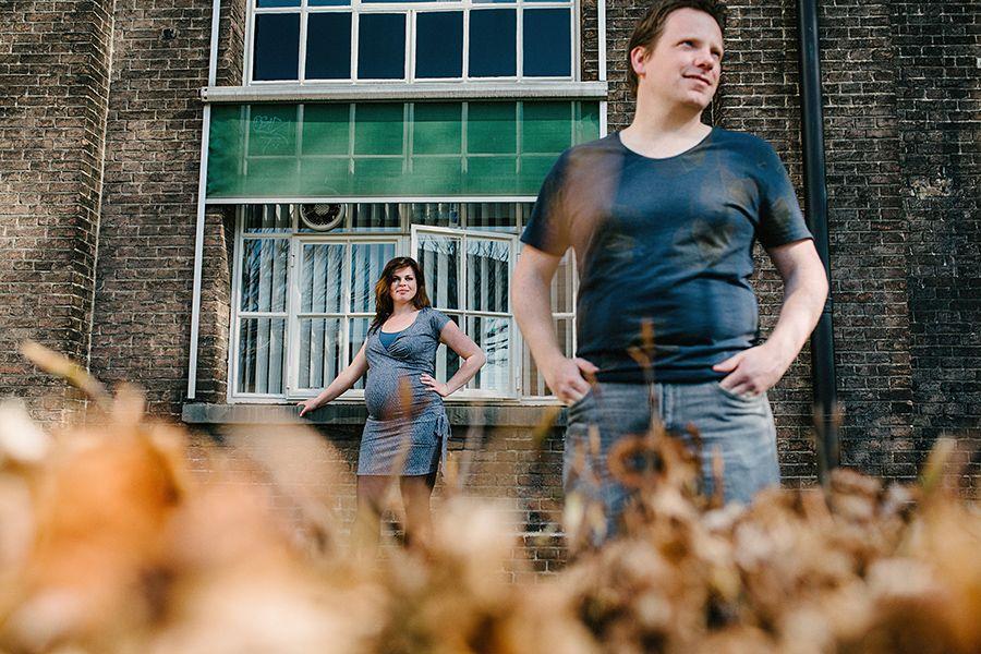alternatieve zwangerschapsfotografie industriele locatie