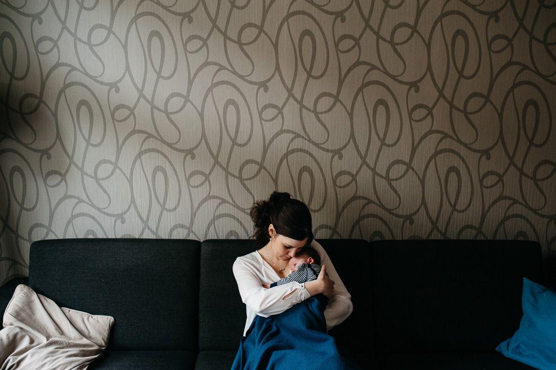 Lifestyle newbornfotografie fotograaf baby ongeposeerd