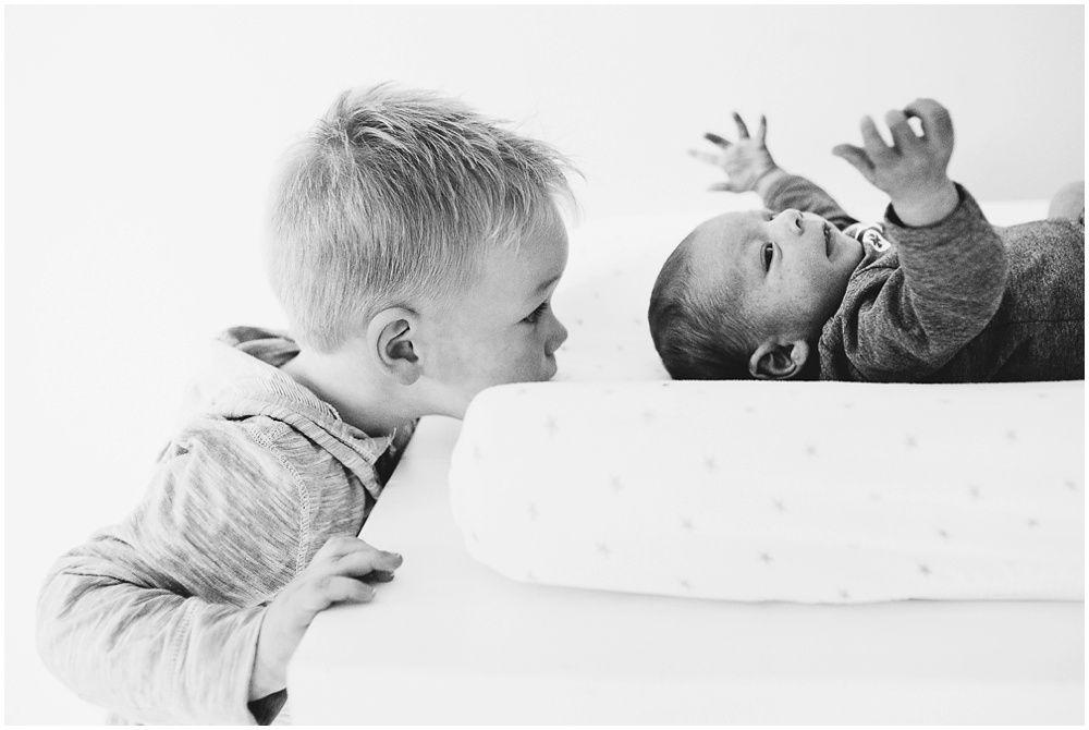 fotograaf newborn Amersfoort, fotoshoot gezin thuis, spontane familiefoto's met kinderen