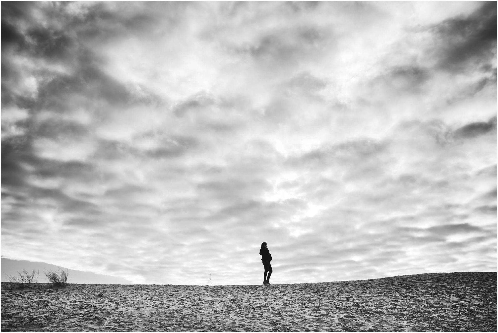 creatieve stoere zwangerschapsfotografie Amsterdam fotoshoot zwangerschap aan zee strand