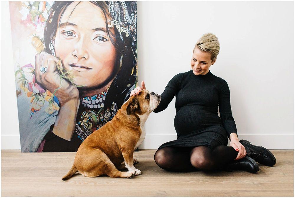 stoere zwangerschapsfotografie Arnhem fotograaf zwangerschap Arnhem fotoshoot met hond