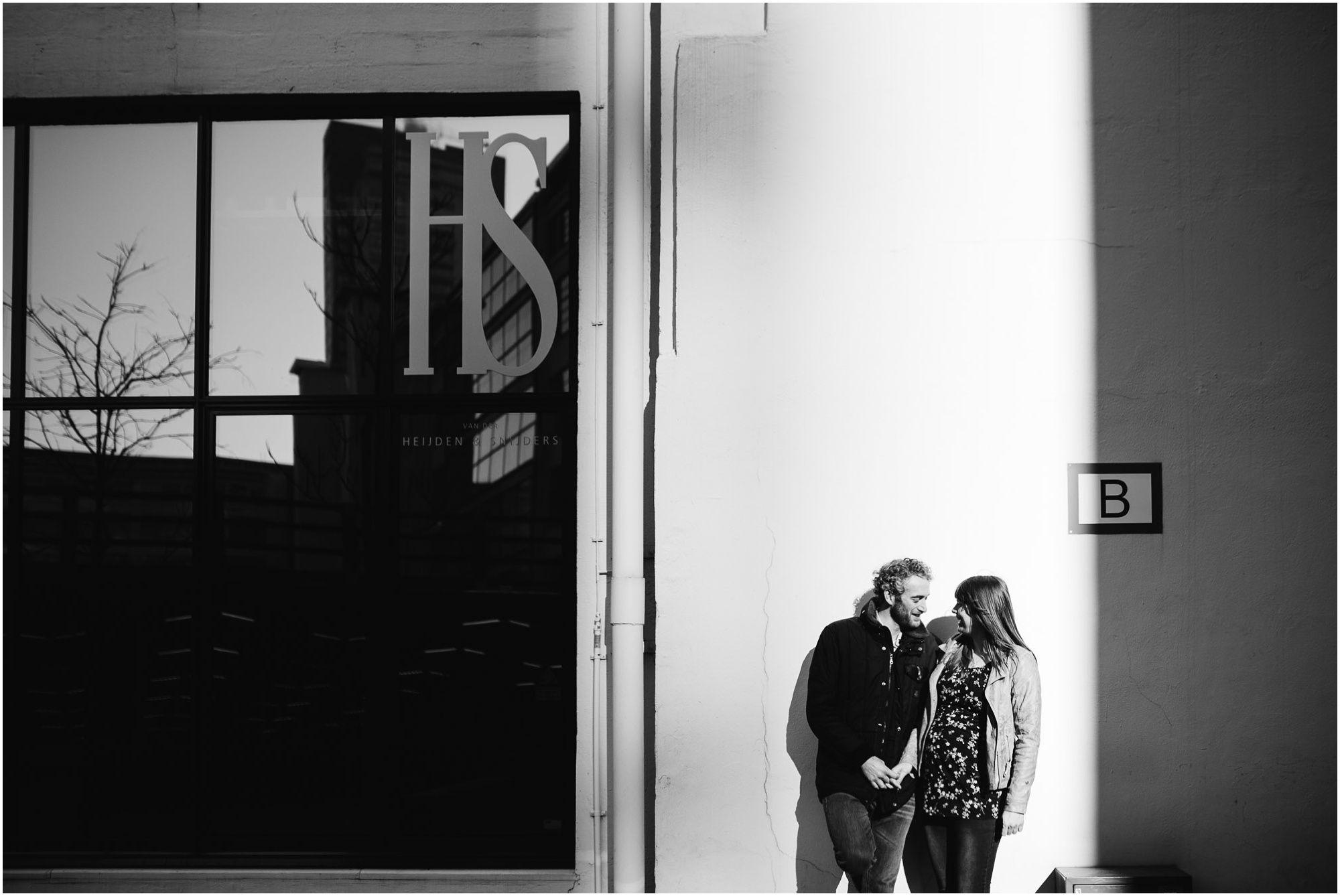 fotograaf zwangerschap Eindhoven - fotoshoot zwanger industriële locatie stoer urban stedelijk