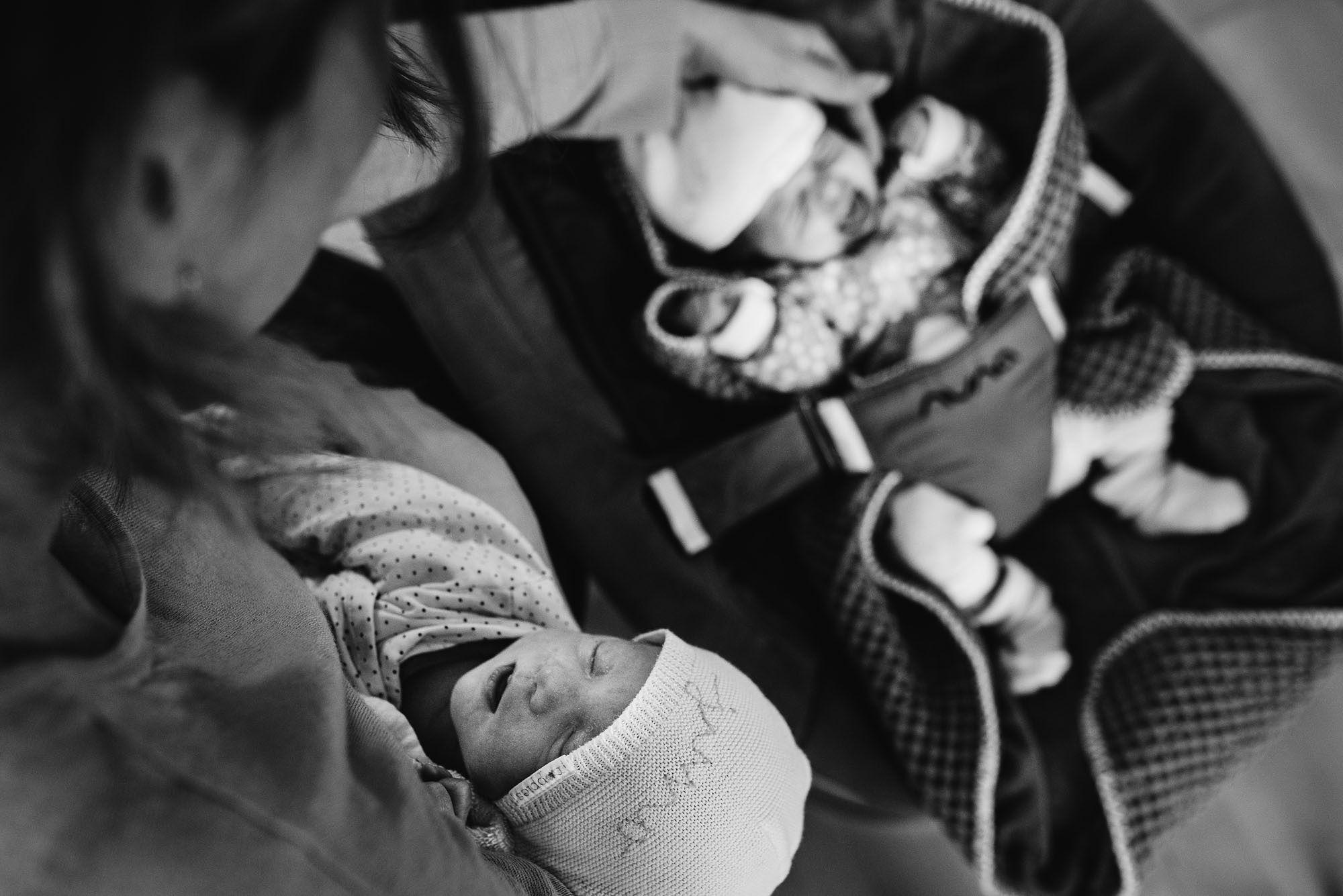 Newborn fotografie ongeposeerd tweeling newbornfotograaf Eindhoven 015.jpg