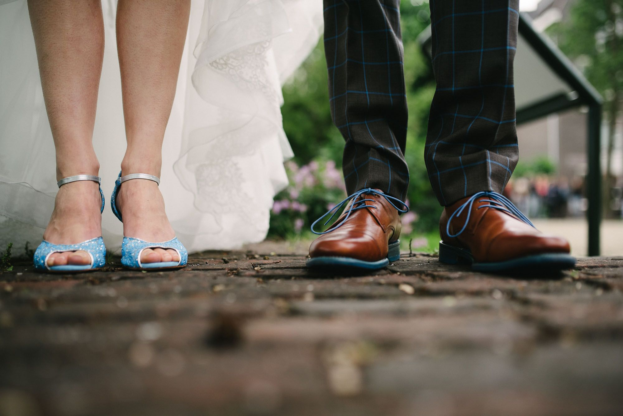 spontane bruidsfoto's fbruidsschoenen blauw