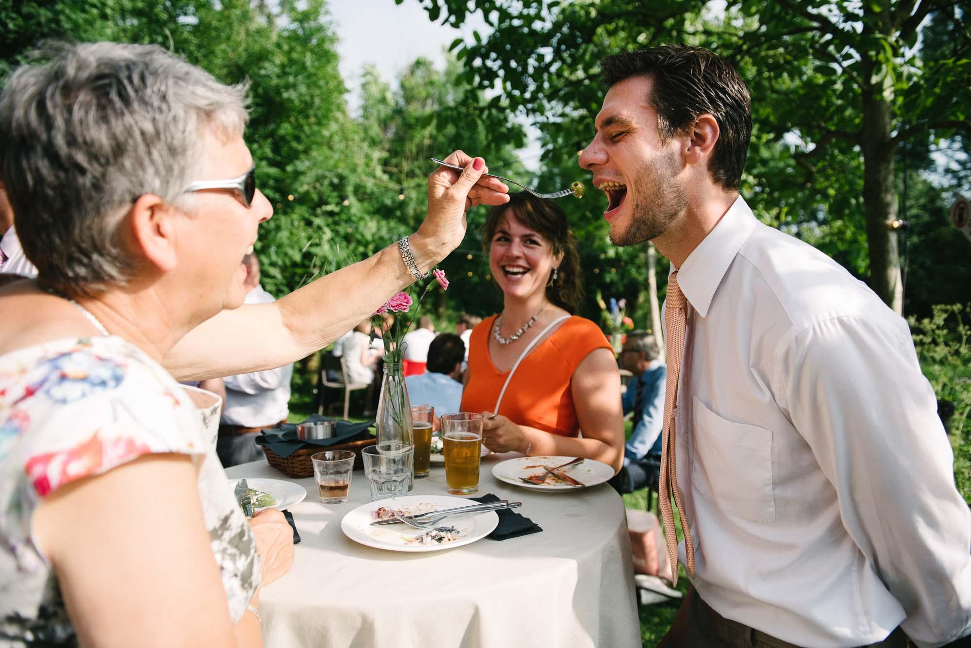 bbq op bruiloft buiten eten