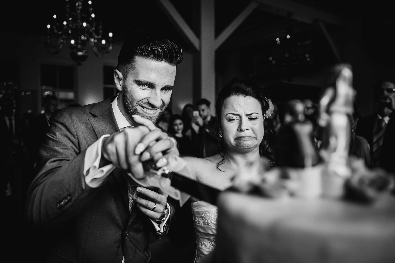 originele journalistieke bruidsfotografie aansnijden taart