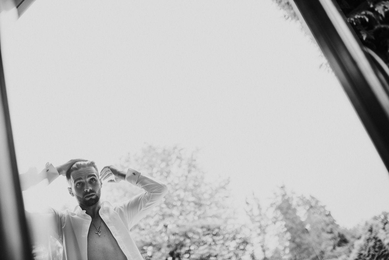 journalistieke creatieve bruidsfotografie - voorbereidingen bruidegom