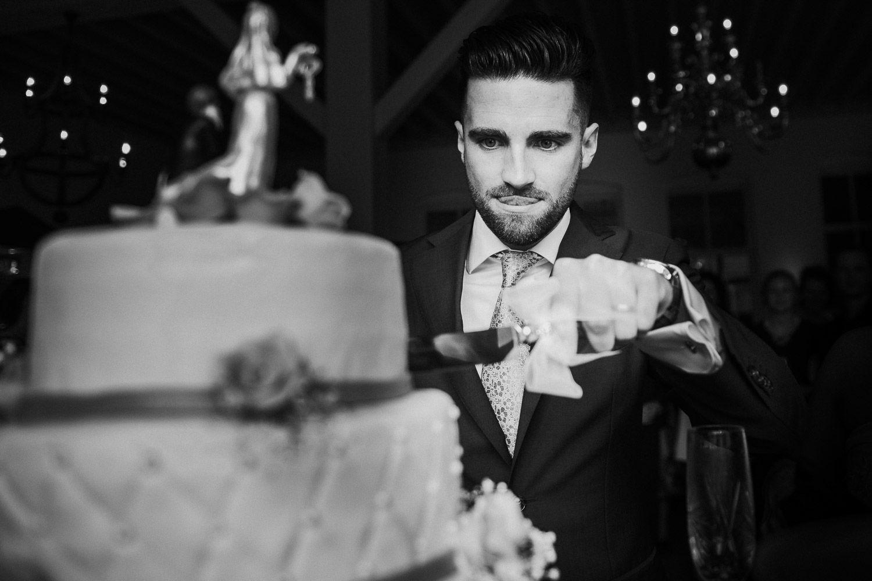 journalistieke trouwfotos aansnijden taart
