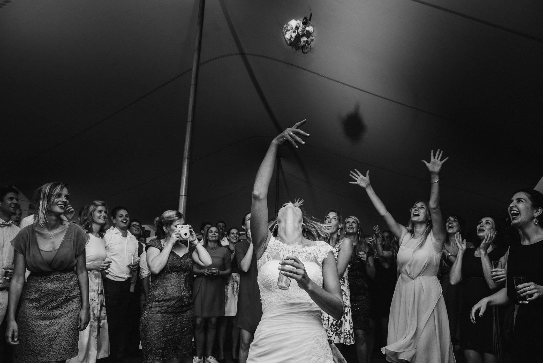 bruidsboeket gooien bruidsfotograaf journalistiek
