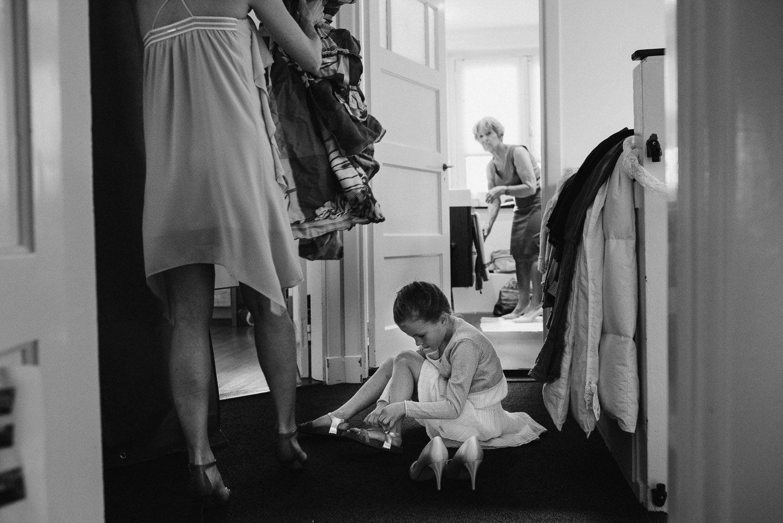 journalistieke foto's bruiloft aankleden bruid