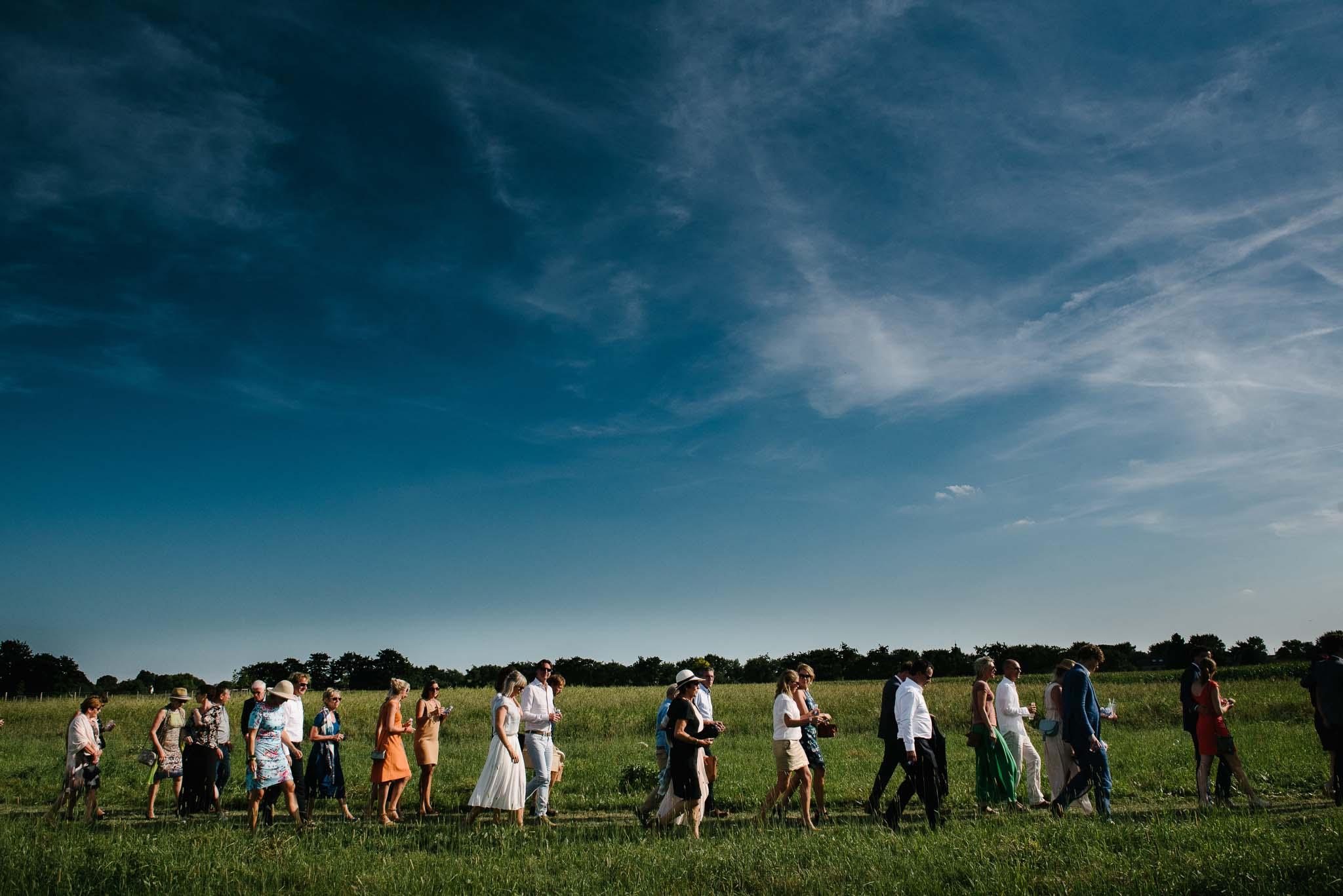 originele trouwfoto's spontaan journalistiek buiten trouwen weiland