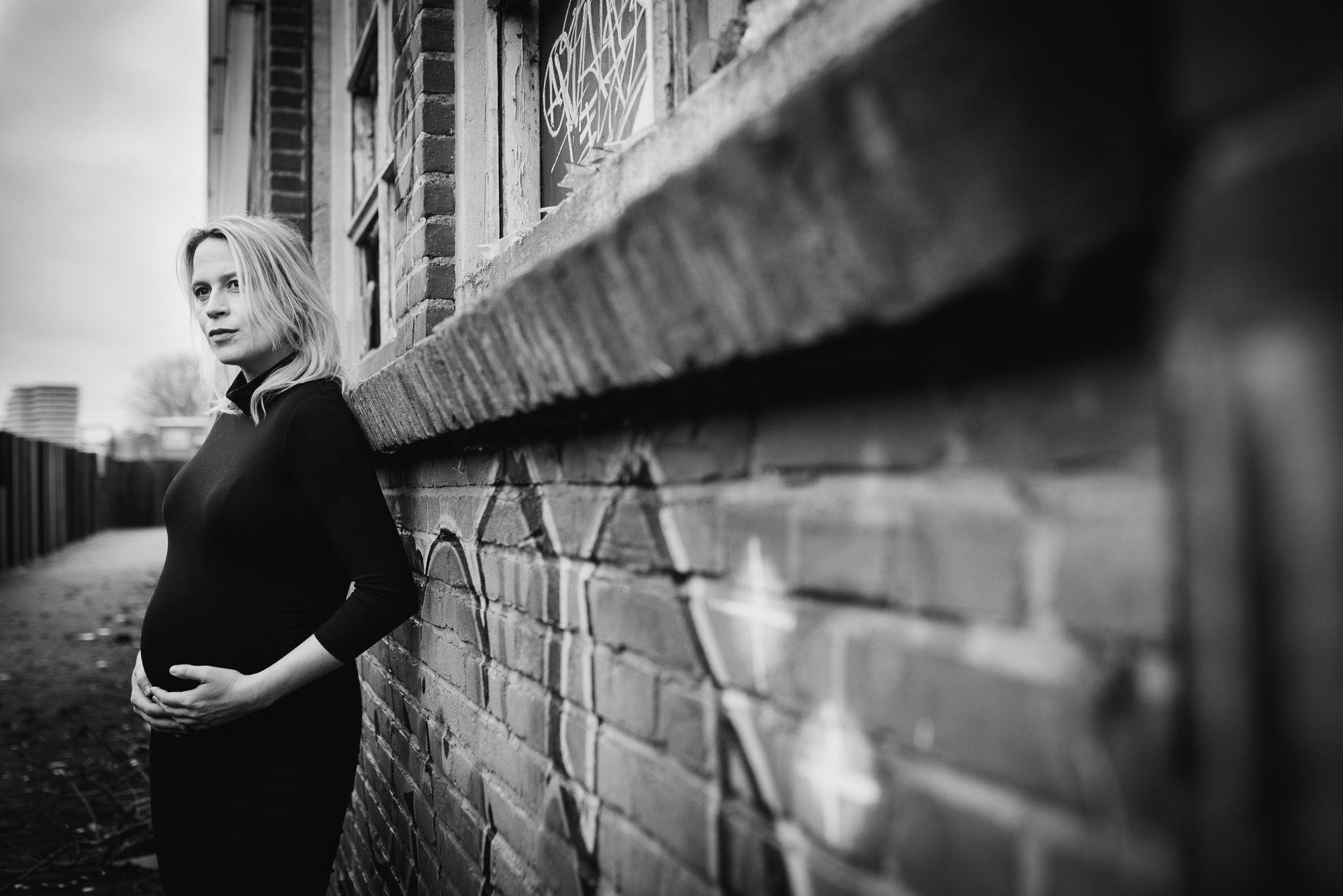 fotoshoot zwanger stoer industriële locatie