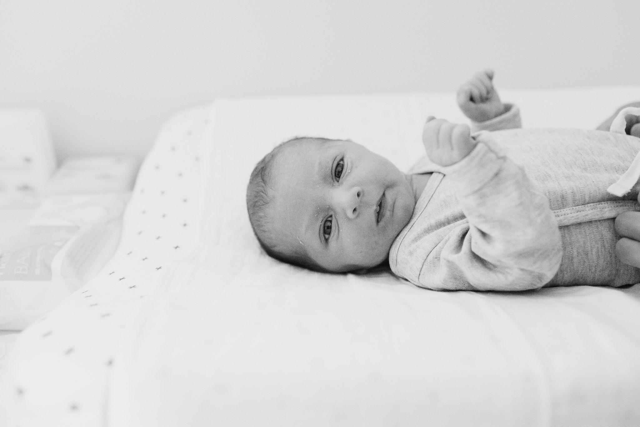 Lifestyle newbornfotografie stoer